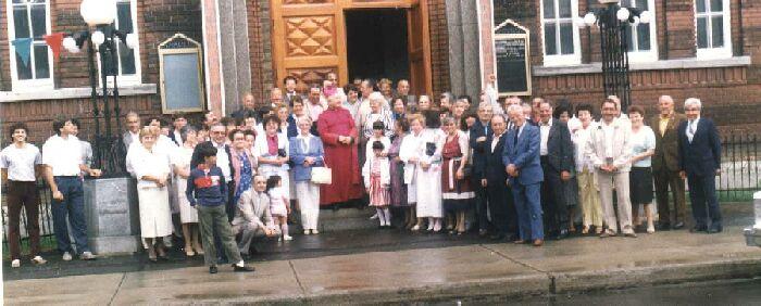 Don Giovanni con paesani a Montreal  davanti la Chiesa Madonna della Difesa